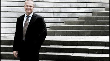 Erhvervspsykopat? Den tidligere bodybuilder Stein Bagger forsvandt pludselig i sidste uge og hemmelighederne om hans forretninger begyndte at komme til overfladen. Han har indskrevet sig i historien af finanssvindlere, der med karisma og en skarp tunge fik toppen af erhvervslivet til at tro på det umulige.
