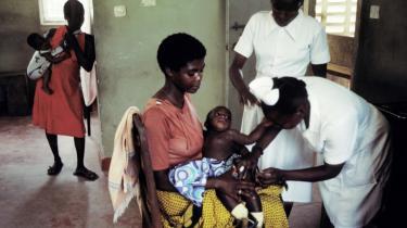 Novo Nordisk giver gratis insulin til diabetesramte børn i fire afrikanske lande. Et program, der utvivlsom vil redde mage liv, men kritikere mener samtidig, at det underminerer staternes evne til selv at håndtere deres problemer - og blokerer konkurrencen på de afrikankse markeder.