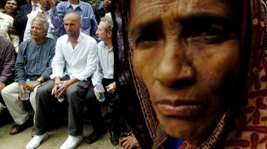 Muhammed Yunus og hans Grameen Bank har været med til at starte et utal af små virksomheder i Bangladesh, således også her, hvor nobelprismodtageren har taget fodboldstjernen Zidane med.