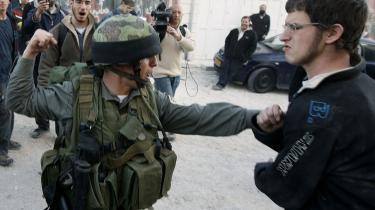 Det gik voldsomt for sig, da israelske politifolk torsdag ryddede bosættelsen Beit al Shalom. Men det gik endnu værre, da bosætterne bagefter lod deres vrede gå ud over lokale palæstinensere. En optrapning af konflikten forventes i de kommende dage.