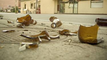 De hører mærkelig musik, og det sker, at der ligger knuste flasker efter dem lørdag og søndag morgen, men undvære dem kan man ikke - slet ikke i et udkantsområde