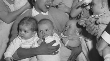 Børn understimuleres ofte på et børnehjem i modsætning til, hvis de adopteres, viser forskning. Her et dansk børnhjem i 1958 i Gentoftemed 20-25 småbørn, som fik besøg af sangerinden Josephine Baker.