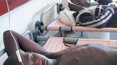 Mugabes Zimbabwe er i fremskreden opløsning - over halvdelen af landets indbyggere holdes kun i live af svindende madrationer fra FN's Fødevareprogram - nu hærger også en koleraepidemi, som myndighederne længe søgte at ignorere