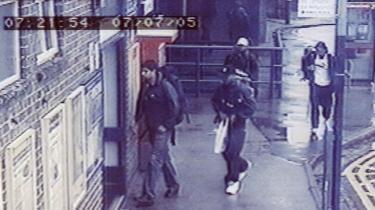 Et overvågningskamera på Luton Station i London kl. 7.21 viser de fire indtil da flinke, flittige, unge mænd, som viste sig at være hjemmedyrkede terrorister, der tog 52 andre mennesker med sig i døden den 7. juli 2005. Fra højre: Habib Hussain, Germaine Lindsay (med mørk kasket), Mohammed Sidique Khan (lys kasket) og Shahzad Tanweer bagest. De havde kontakter til medlemmer af al-Qaeda, og to af dem havde været i Pakistan kort før bombeangrebene.