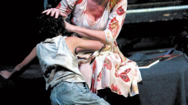 Tina Kiberg som Marie og Carl Philip Levin som hendes søn i Den Kongelige Operas nyopsætning af 'Wozzeck'.