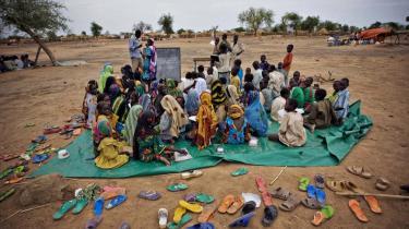 Sudanesiske flygtningebørn i en flygtningelejr i nabolandet Tchad modtager udendørs undervisning. Konflikten i Sudan, som har drevet flere hundredetusinde sudanesere på flugt, er et eksempel på FN-s utilstrækkelighed.