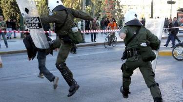 Ifølge Amnesty International er det græske politis brug at fysisk styrke overfor unge demonstranter ulovlig og ude af proportion. Menneskerettighedsbrud i landets politisystem er et generelt problem, mener organisationen