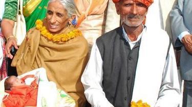 Indiske Rajo Devi med barnet, som hun fødte den 28. november, og hendes 72-årige mand Bala Ram.