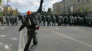 På få dage har demonstranter ødelagt for omkring 800 millioner euro. Blandt andet derfor er der ikke uddelt begejstring for protesterne mod styret, som er blusset op, efter at politiet i lørdags skød og dræbte en 15-årig dreng. Men det er ikke kun vrede over drabet på drengen, der får volden til at blusse op