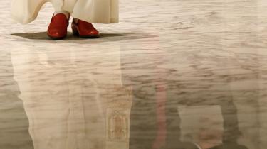 Tro. Kan paven være en pavinde? Hvordan kan det være en seriøs tanke, når penisen altid har været den hellige kanal - mandens antenne mod Gud.