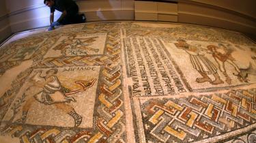 Udstilling. Det byzantinske imperium eksisterede i mere end 1100 år. Under hovedstaden Konstantinopel, tidligere kaldet Byzans og det nuværende Istanbul, udøvede imperiet en betydelig magt, før det til sidst blev erobret af de osmanniske tyrkere. Nogle af Det Byzantinske Riges betydeligste skatte kan for tiden ses på Royal Academy of Arts i London.