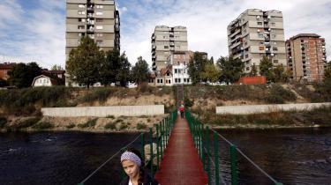Kosovska Mitrovica er den sidste delte by i Europa. Delingen forsøger albanere og serbere at overvinde på hver deres måde.