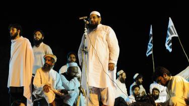 Manden ved mikrofonen - -emir- Hafiz Saeed - er en af lederne i den islamiske velgørenheds-ngo Jamaat-ud-Dhawa. Saeed nægter den påståede forbindelse til den militante gruppe il Lashkar-e-Taiba (LeT). Han nægtede ved pressemødet ligeledes at lade sig fotografere. Billedet her er fra august 2008.