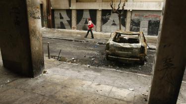 -Drabet på en 15-årig dreng var det øjeblik, hvor der skete en forskydning, som var stærk nok til at vende verden på hovedet,- skriver en anonym blogger om situationen i Athen, hvor byens gader bærer præg af den seneste uges sammenstød mellem politi og demonstranter. Her er en bil brændt af foran Det Polytekniske Universitet.