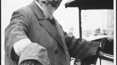 Den daværende direktør for teatersamlingen ved National-biblioteket i Wien, Joseph Gregor, sikrede biblioteket den omfattende bogsamling, som hans afdøde ven, forfatteren Arthur Schnitzler (billedet), efterlod til sin søn, Heinrich Schnitzler, i 1926. Heirich Schnitzler, der i 1938 efter en udlandsrejse måtte blive i udlandet, fik først treethalvt år efter han indledte sagen i 1946 totredjedel af sin fars bibliotek igen.