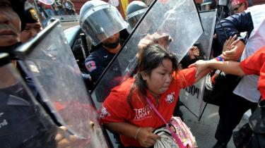 I går valgte Thailand en ny premierminister, men der er stadig protester. Her forsøger demonstranter at blokere parlamentet.