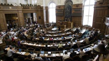 Socialdemokraterne vil ikke støtte de radikales forslag om at kræve alle folketingsmedlemmer indkaldt, når tuneserloven på fredag skal tredjebehandles i Folketinget.