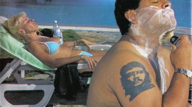 Fortabt. Kusturica viser Maradona som et fortabt ikon, der kan skabe lykkelige øjeblikke omkring sig.