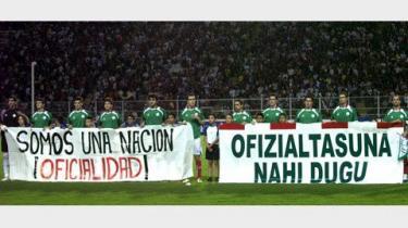 Det baskiske fodboldhold står med to bannere, der på spansk og euskadi (baskisk) siger: -Vi er officielt en nation-. Katalanske nationalistiske studerendes kampråb på katalansk: -Forsvar dine rettigheder, Forsvar dit sprog-.