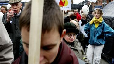 Kommunalreformen har betydet dårligere vilkår for handicappede, som har fået skåret ned på deres hjælpecentre. Her er det blinde, der ved en anden lejligheder protesterer over forholdende for handicappede.