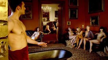 Tizians næsten 500 år gamle maleri 'Diana og Aecton' herover genskabt som fotokunst. Kim Cattrall sidder nr. to fra højre i sofaen.