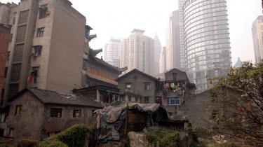 30 års økonomisk vækst har skabt større skel i det kinesiske samfund. I byen Chongqing i midten af Kina møder den udviklede østkyst det fattige Vestkina.
