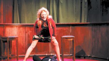 'Jeg slog min far ihjel i tirsdags,' siger fyren i Det Kgl. Teaters irske klassiker om simrende lidenskaber. 'Nå, gjorde du det,' tænker man