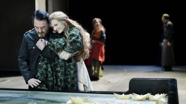 Lysende smuk er Mille Hoffmeyer Lehfeldt, som hun intetanende kaster sig over Henning Jensens forfærdede Agamemnon i den ellers skævvredne Ifigenia-fortolkning på Det Kgl. Teater.