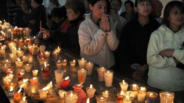 I Guatemala udnyttes Facebook af kriminelle til afpresning og kidnapning etc. Her tændes lys for de døde i det ekstremt voldelige land.