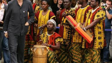Bob Geldofs (t.v.) julesang, -Do they know it's Christmas time at all-, bygger på en præmis om, at afrikaneres liv er dårligere end vores, fordi de ikke har de samme ting som os.