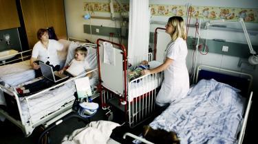 En sygeplejerske i færd med at hjælpe en patient på Rigshospitalet. Tal fra OECD viser, at Danmark for første gang i 20 år erobrer topplaceringen som det land i verden med den største offentlige sektor.