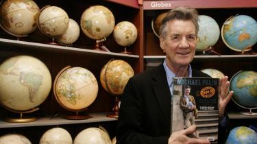 I en boghandel i London signerer den britiske komiker, Michael Palin, sin bog -Verden rundt på 80 dage- i anledningn af bogens 20 års jubilæum .