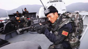 Kinesiske soldater fra destroyeren Haikou forbereder sig på at blive sendt til farvandet ud for Somalia, hvor de skal deltage i kampen mod de somaliske pirater.