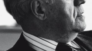 Den 23. december fyldte tidligere forbundskansler Helmut Schmidt 90 år. Nu har historikeren Hartmut Soell skrevet den biografi, som passer til manden - lidt tør, men detaljeret og grundig