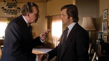 Frost/Nixon fortæller historien om, hvordan to meget forskellige mænd for åben skærm duellerede på ord og psykologi.