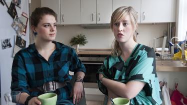 De to unge piger i 20-erne mærker krisen meget lidt. De regner blot med at de vil spise mere hjemme hos vennerne og gå mindre ud at spise. Ellers vil forældrene hjælpe dem. Maja Kring Schjørring (th.) er ved at uddanne sig til sygeplejerske. De sidder i køkkenet i Majas andelslejlighed. Laura Hauer (tv.) læser politisk kommunikation og ledelse på Handelshøjskolen