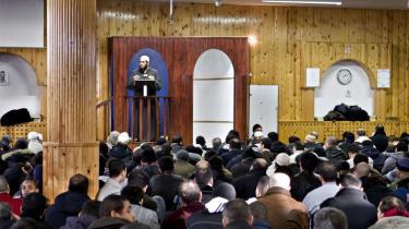 Under fredagsbønnen i går i moskeen på Dortheavej i Københavns nordvestkvarter var imam Ouwainat Mohye-Eddine, der her ses stående, oprørt over de dræbte mænd, kvinder og børn i Gaza, som han kan se på tv-billederne.