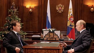 Den russiske præsident Dmitrij Medvedev (t.v.) og landets premierminister Vladimir Putin kæmper med en skrantende økonomi. Putin vil nu oprette et kartel for naturgaseksporterende lande. En slags pendant til olielandenes OPEC. Det skal sikre naturgasselskabet Gazproms overlevelse og dermed også afværge et økonomisk kollaps i Rusland.