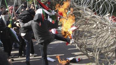Der blev i går demonstreret voldsomt ved den amerikanske ambassade i Libanon, hvor vandkanoner blev taget i brug for at slå protesterne over Israels angreb i Gaza ned.