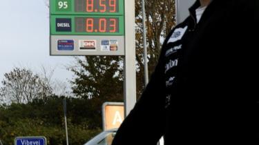 Selv når benzinprisen er oppe på 12 kr. pr. liter, som den var i sommer, er danskerne ikke særligt tilbøjelige til at tage toget eller bussen i stedet for bilen. At ændre trafikanternes adfærd vil derfor kræve store afgifter, påpeger trafikforskere.