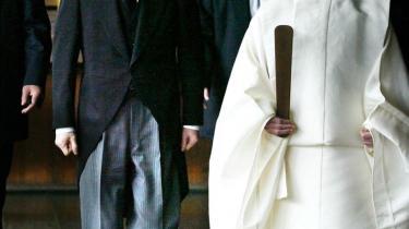 Den daværende japanske premierminister Junichiro Koizumi (t.v.) besøgte i 2002 Yasukuni-helligdommen i Tokyo.