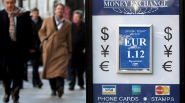 Den økonomiske krise i Storbritannien betyder nu, at euroen for første gang står stærkere end pundet. Hvilke konsekvenser det får, er der dog uenighed om blandt eksperter.