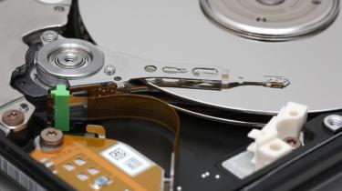 """Nye tider. Selvom nogle af os måske stadig savner de flyvende biler, robotbutleren eller computeren, der kan lave ens arbejde, mens man dovner på sofaen, så har teknologien udviklet sig med kolossal hast. Og det er langt fra slut. Mange mener endog, at de sidste 50-60 års udvikling af computere og anden informationsteknologi blot er begyndelsen - og nu vil det for alvor tage fart. På billedet ses en 2.5"""" hard disk drive."""