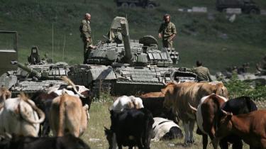 Kolossen på larvefødder. Da Rusland tromlede ind i Georgien i sommer tjente aktionen blandt andet til at afstive den nationale storhedsfølelse, men krigen afslørede også, at det russiske militærs effektivitet ikke er fulgt med den hastige vækst i militærbudgetterne.
