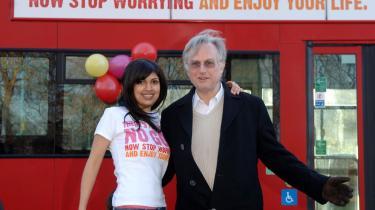 Idemanden Ariane Sherine og den intellektuelle ateist Richard Dawkins foran en af busser, der markedsfører deres ateistiske kampagne. Noget lignende kan være på vej til Danmark.