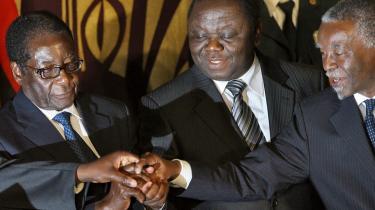 Det er ikke lykkedes for mægleren, den tidligere sydafrikanske præsident Thabo Mbeki (t.h.), at få gennemført en magtdelingsaftale mellem Zimbabwes præsident, Robert Mugabe (t.v.), og oppositionslederen, Morgan Tsvangirai.