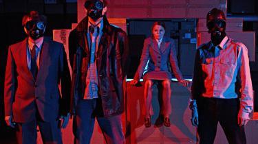 Eller bare om at sætte ild til en lejlighed på Amager med en nervøs smøg? 'Blekingegade' på Husets Teater er blevet veldrejet, vredt teater med høj puls