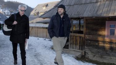 Den amerikanske filminstruktør Jim Jarmusch (tv.) ligner en rockstjerne ved ankomsten i den serbiske hjemmebyggede landsby. Byen Küstendorf er den 54-årige bosnisk-serbiske filminstruktør Emir Kusturicas (th.) værk. Han holder i disse dage for andet år i træk filmfestival på stedet, der ligger smukt i det vestlige Serbien.