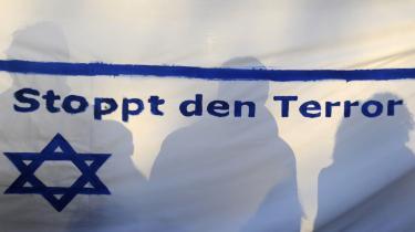 -Stop terroren,- står der på et flag ved en pro-israelsk demonstration i Berlin. Hamas er i Israels og mange mediers optik desværre reduceret til en terrororganisation, hvor Hamas som politisk parti med deres moderate og fleksible bud på en mulig fred bliver fuldstændig negligeret.