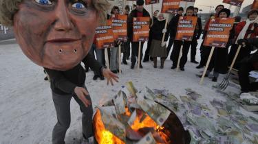 Aktivister demonstrerede i Berlin mod redningspakken ved at brænde falske eurosedler af. Demonstranterne gjorde gældende, at de mange milliarder kunne bruges bedre på uddannelse, børneinstitutioner og miljøvenlig teknologi.
